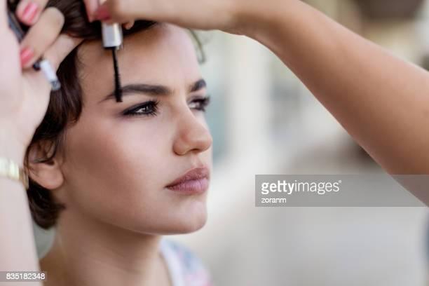 Make-up artist workin sourcils goon