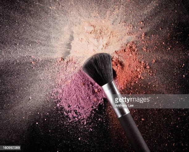 Pinceau de maquillage sur multicolore rouge avec éclaboussure