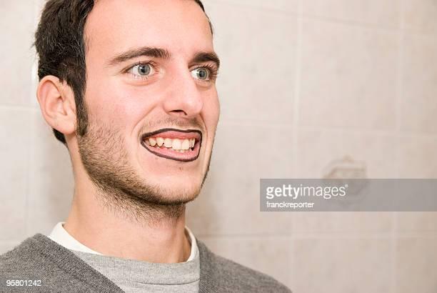 Maquiagem homem que sorri