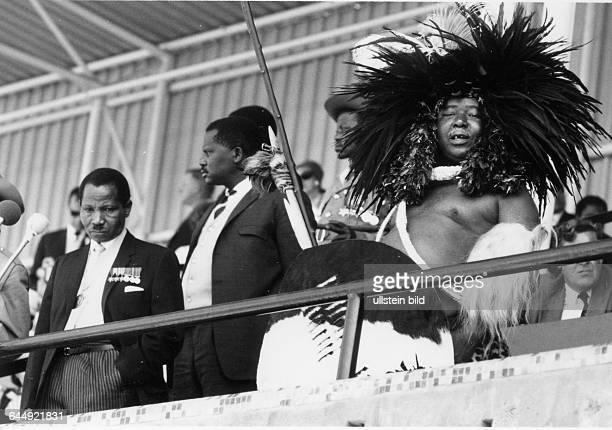Makhosini Jaheso Dlamini war ein swasiländischer Politiker und von 1968 bis 1976 Premierminister von Swasiland RechtsSukatilinks Aufnahmedatum...