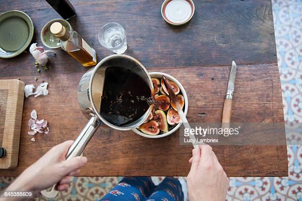 Making a caramelized fig salad