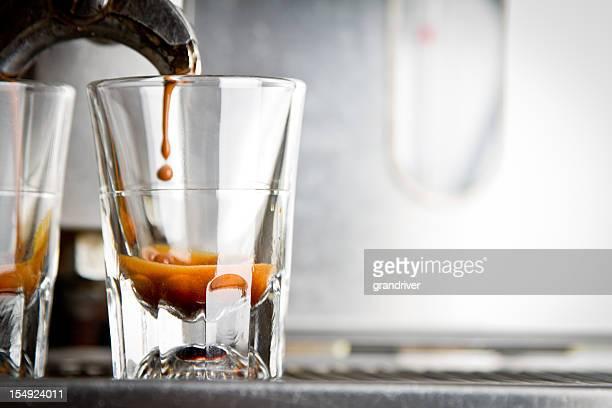 Facendo caffè Espresso in un Coffee Shop