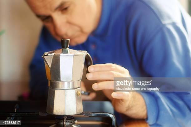 Making italian moka cofee