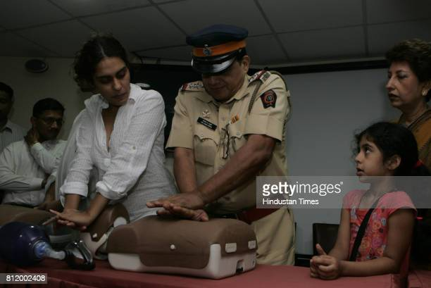 Malabar Hill residents association gives training of basic life supports to police officers at Indian merchants chamber