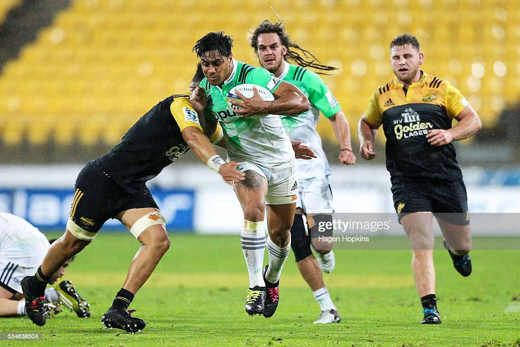 <a gi-track='captionPersonalityLinkClicked' href=/galleries/search?phrase=Malakai+Fekitoa&family=editorial&specificpeople=9630619 ng-click='$event.stopPropagation()'>Malakai Fekitoa</a> of the Highlanders is tackled by <a gi-track='captionPersonalityLinkClicked' href=/galleries/search?phrase=Ardie+Savea&family=editorial&specificpeople=8836502 ng-click='$event.stopPropagation()'>Ardie Savea</a> of the Hurricanes during the round 14 Super Rugby match between the Hurricanes and the Highlanders at Westpac Stadium on May 27, 2016 in Wellington, New Zealand.