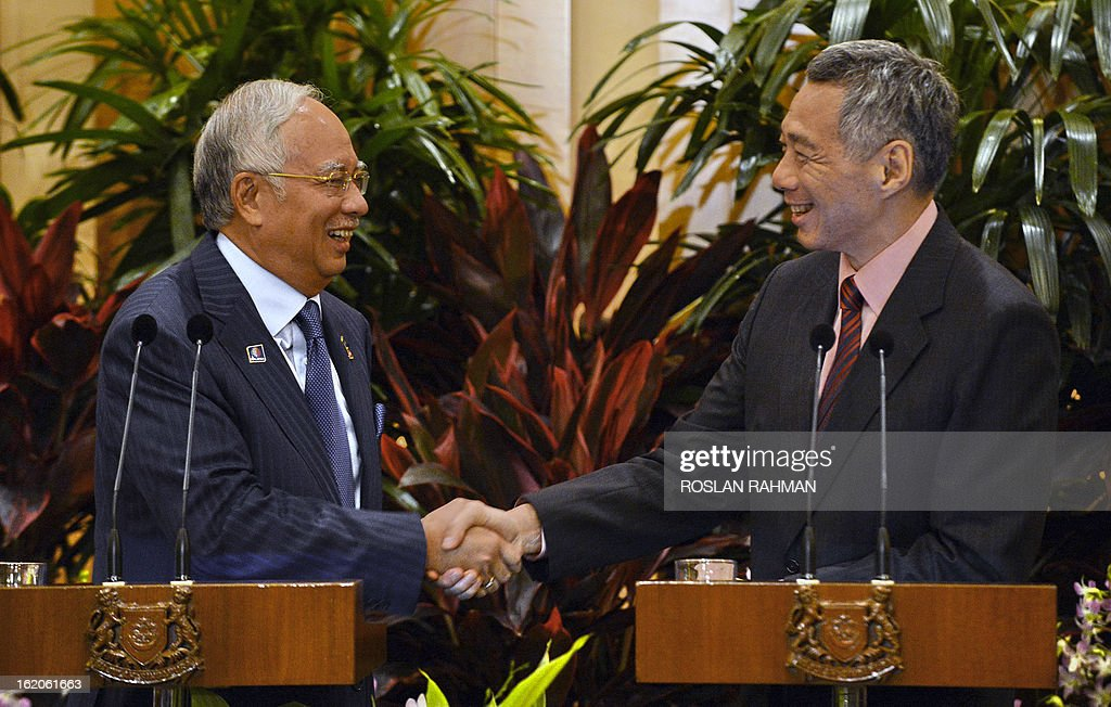 Malaysia Prime Minister Najib Razak (L) shakes hands with Singapore's Prime Minister Lee Hsien Loong (R) after the press conference of the leaders retreat in Singapore on February 19, 2013. Singapore and Malaysia announced plans February 19 to build a high-speed rail link, fuelling hopes that Southeast Asia could one day enjoy a rapid European-style train system connected to China. AFP PHOTO / ROSLAN RAHMAN