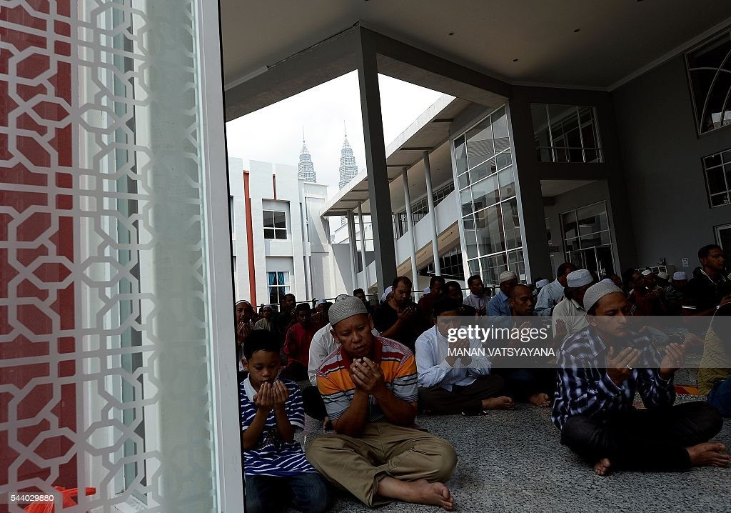 Malaysian Muslims offer prayers on the last Friday of the holy month of Ramadan at the Kampung Baru mosque in Kuala Lumpur on July 1, 2016. Islam's holy month of Ramadan is celebrated by Muslims worldwide marked by fasting, abstaining from foods, sex and smoking from dawn to dusk for soul cleansing and strengthening the spiritual bond between them and the Almighty. / AFP / MANAN