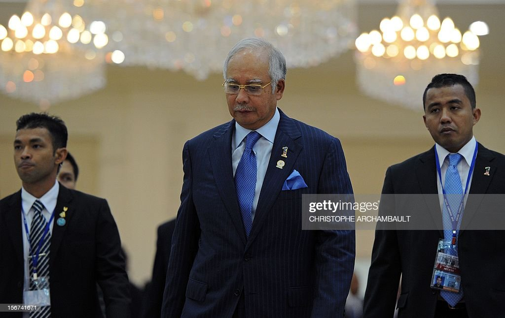 Malaysian Prime Minister Najib Razak (C) leaves the 7th East Asia Summit in Phnom Penh on November 20, 2012. The Association of Southeast Asian Nations (ASEAN) nations were set to officially launch negotiations to create an enormous free trade pact with China, Japan, India, South Korea, Australia and New Zealand. AFP PHOTO/Christophe ARCHAMBAULT