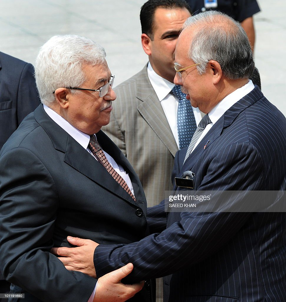 Malaysian Prime Minister Najib Razak (R) receives Palestinian president Mahmud Abbas at the prime minister office in Putrajaya on May 27, 2010. Abbas is touring Malaysia on a three-day visit to hold talks with the Malaysian officals on international and bilateral issues. AFP PHOTO/Saeed KHAN