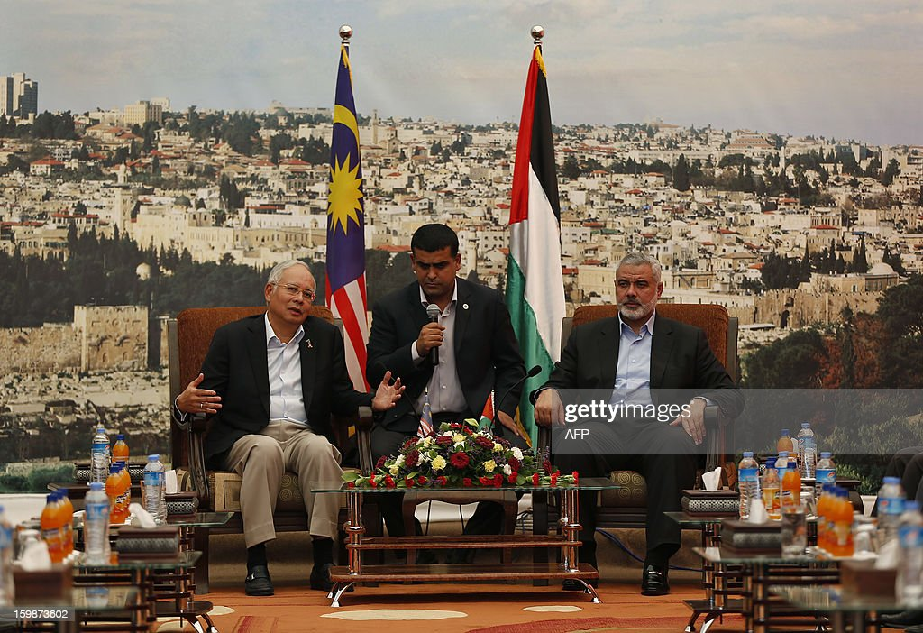 Malaysian Prime Minister Najib Razak (L) speaks to the media as he meets senior Hamas leader Ismail Haniyeh (R) during Najib's visit to Haniyeh's office in Gaza City January 22, 2013. AFP PHOTO/Mohammed Salem/POOL