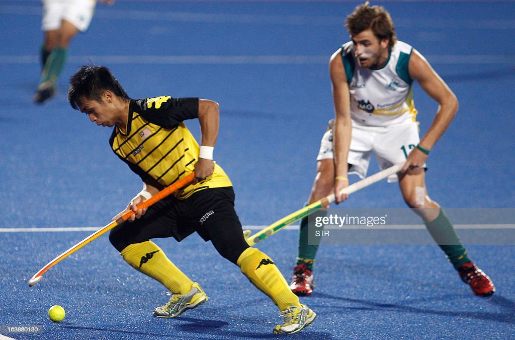 Malaysia's Faiz Helmi Jali (L) vies against Australia's Jacob Whetton during the Sultan Azlan Shah Cup men's field hockey tournament finals in Ipoh, Malaysia's northern Perak state, on March 17, 2013. Australia defeated Malaysia by 3-2.