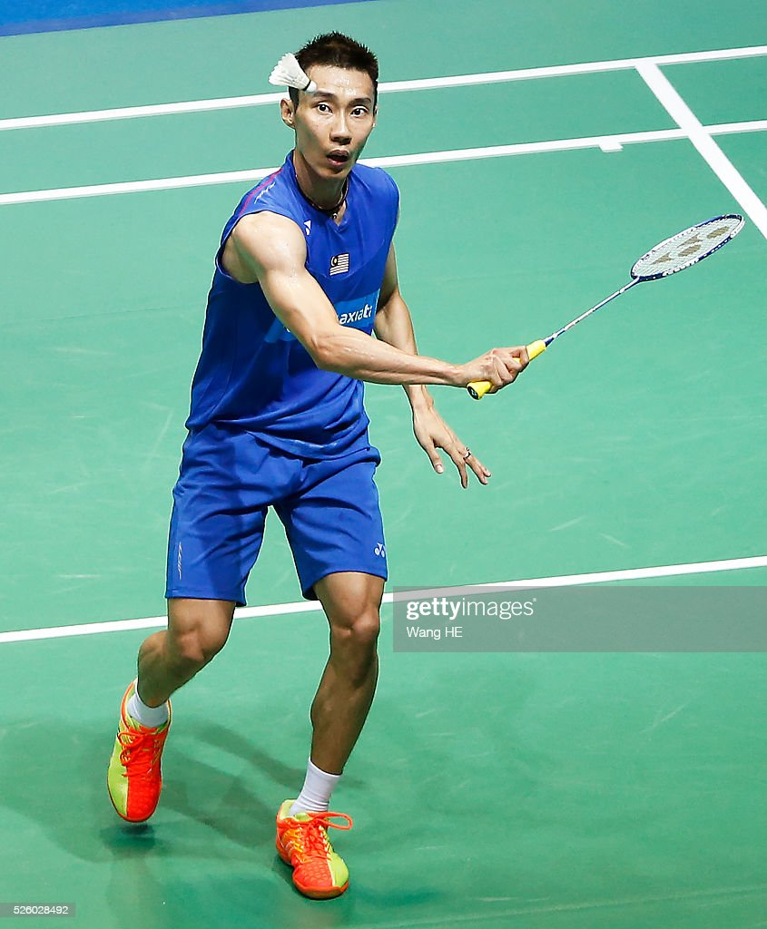 Malaysia's lee Chong Wei returns a shot to Chou Tien Chen of Taiwan during the 2016 Asia badminton championship in Wuhan,Hubei province, China, April 29, 2016.