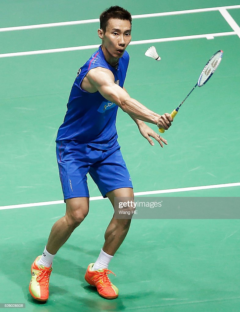 Malaysia's lee Chong Wei returns a shot to Chou Tien Chen of Taiwan during the 2016 Asia badminton championship in Wuhan,Hubei province, China, April 29, 2016.