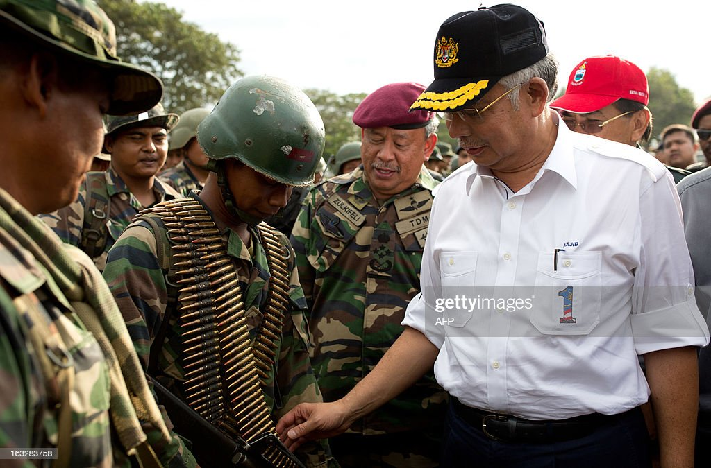 Malaysia's Prime Minister Najib Razak accompanied by Chief of Malaysian Army Zulkifeli (2nd R) greet armed forces teams before Najib's departure in Felda Sahabat in Lahad Datu on March 7, 2013. Malaysia's defence minister on March 7 rejected a ceasefire offer by the self-styled Philippine sultan unless his fighters who launched a deadly incursion 'surrender unconditionally'.