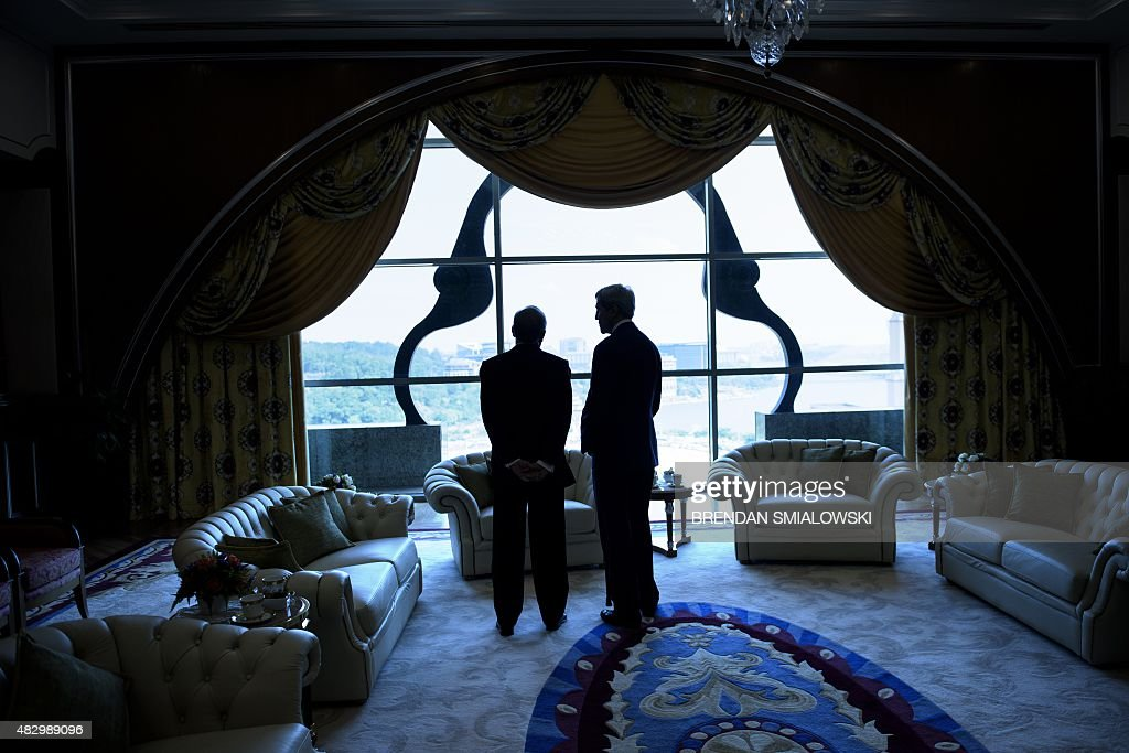 Malaysias Prime Minister Najib Razak (L) and US Secretary of State John Kerry talk before a meeting at the prime minister's office in Putrajaya on August 5, 2015. AFP PHOTO/POOL/BRENDAN SMIALOWSKI