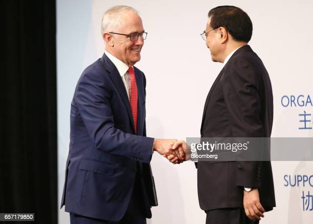 Malcolm Turnbull Australia's prime minister left shakes hands with Li Keqiang China's premier during the Australia China Economic and Trade...