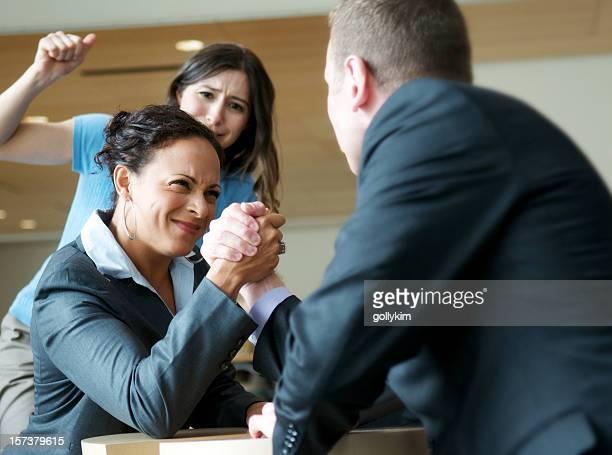 Homme d'affaires et femme Bras de fer