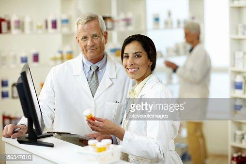 雄および雌薬剤師