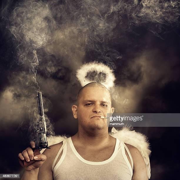 Männliche Engel mit Rauchen colt