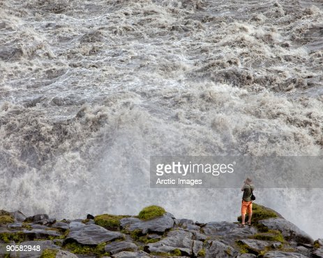 Male at edge, Dettifoss Waterfall : Foto de stock