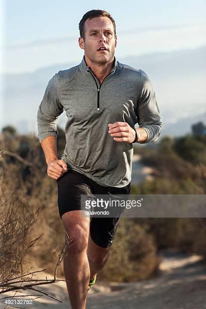 男性アスリートの屋外コースでランニング