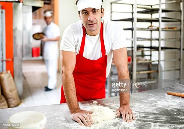 Mâle baker pâte pétrissage.