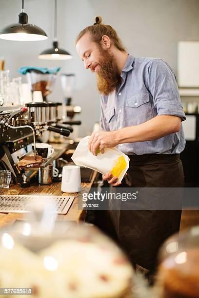 Männliche barista Arbeiten im Café