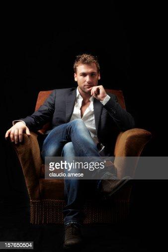 Hombre belleza sentado en un sillón. Imagen de Color