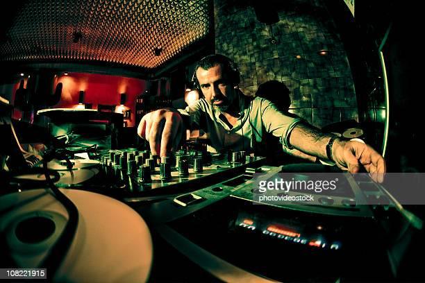 Homme de DJ dans la discothèque, discret