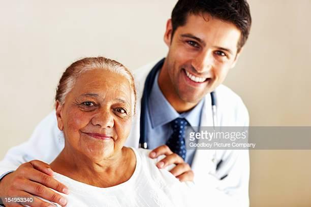 Männlichen Arzt und patient lächelnd weibliche