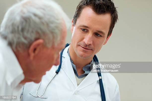 Männlichen Arzt mit seinem Patienten