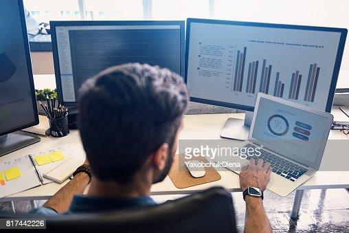 Homme faisant estimation sur écran : Photo