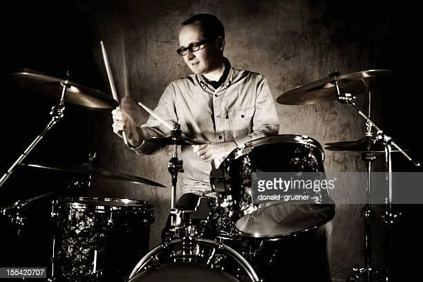 Homme de batteur jouant Drumset avec motion blur