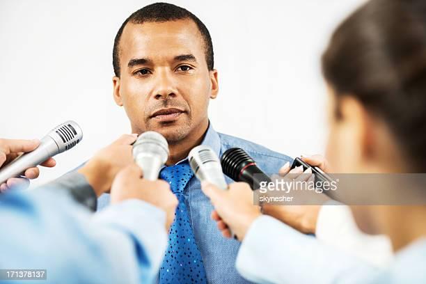 Männliche executive, hinterfragt zu werden, von Journalisten