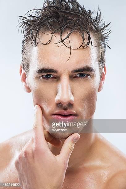 Male mannequin posant Après une douche séparée.