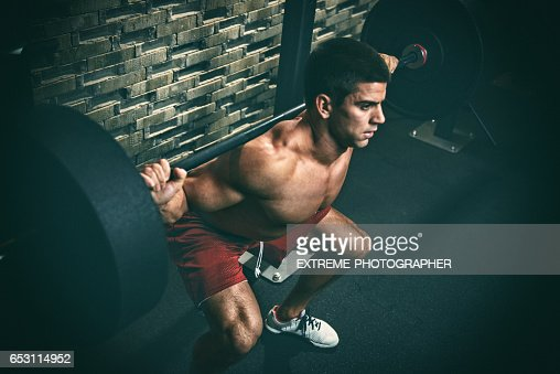 Male fitness athlete performing squats : Stockfoto