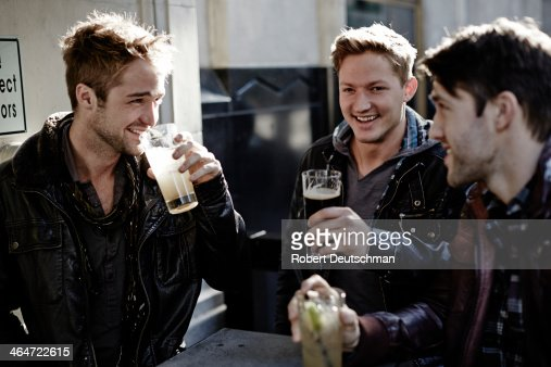Male friends hanging out and having some drinks. : Foto de stock