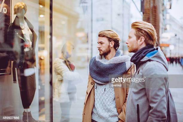Männliche Freunde, die zu Fuß in die Straße.