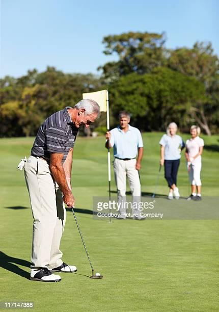 雄ゴルフ選手パッティンググリーン