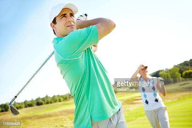 Jogador de golfe masculino com Taco de Golfe no green