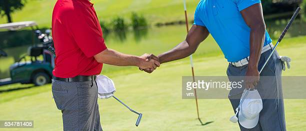 Männliche Golfer beim Händeschütteln nach Golf-Runde