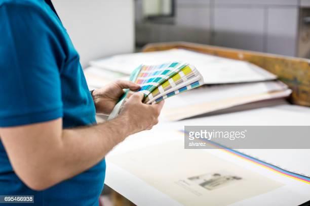 Männliche Grafiker halten Farbe swatch
