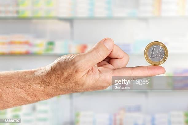 Maschio mano mobile Moneta da un EURO in farmacia
