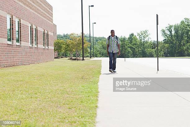 Macho Aluno da Escola Secundária a caminhar pela Escola