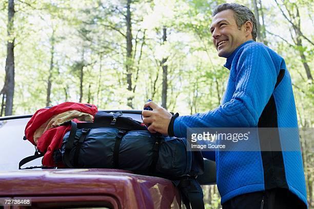 Männliche Wanderer mit Rucksack