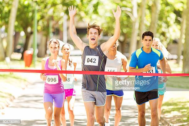 Maschio Runner incrocio traguardo Maratona