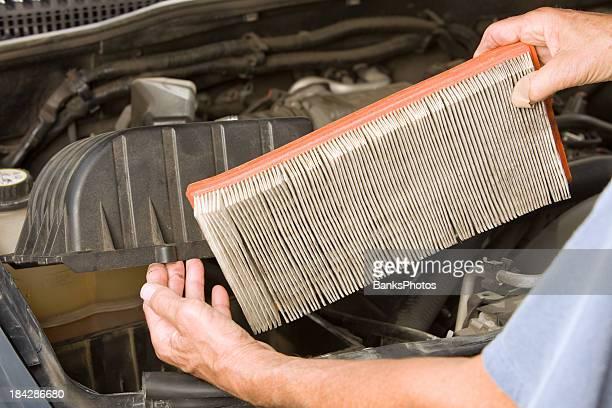 Männliche Mechaniker Hände entfernen ein schmutziges Fahrzeug Air Filter