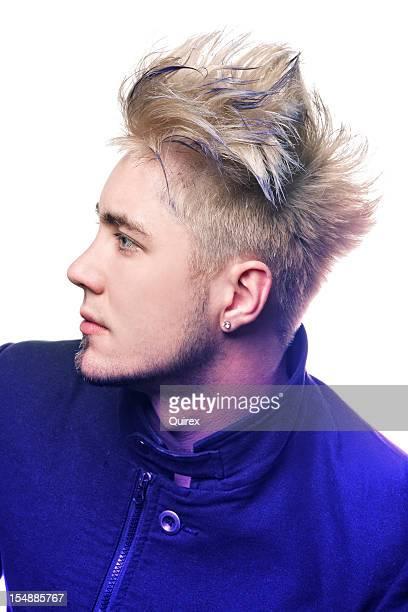 男性モデル、ブロンドの髪とパープル