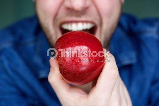 Conector macho de alimentación rojo de manzana boca : Foto de stock