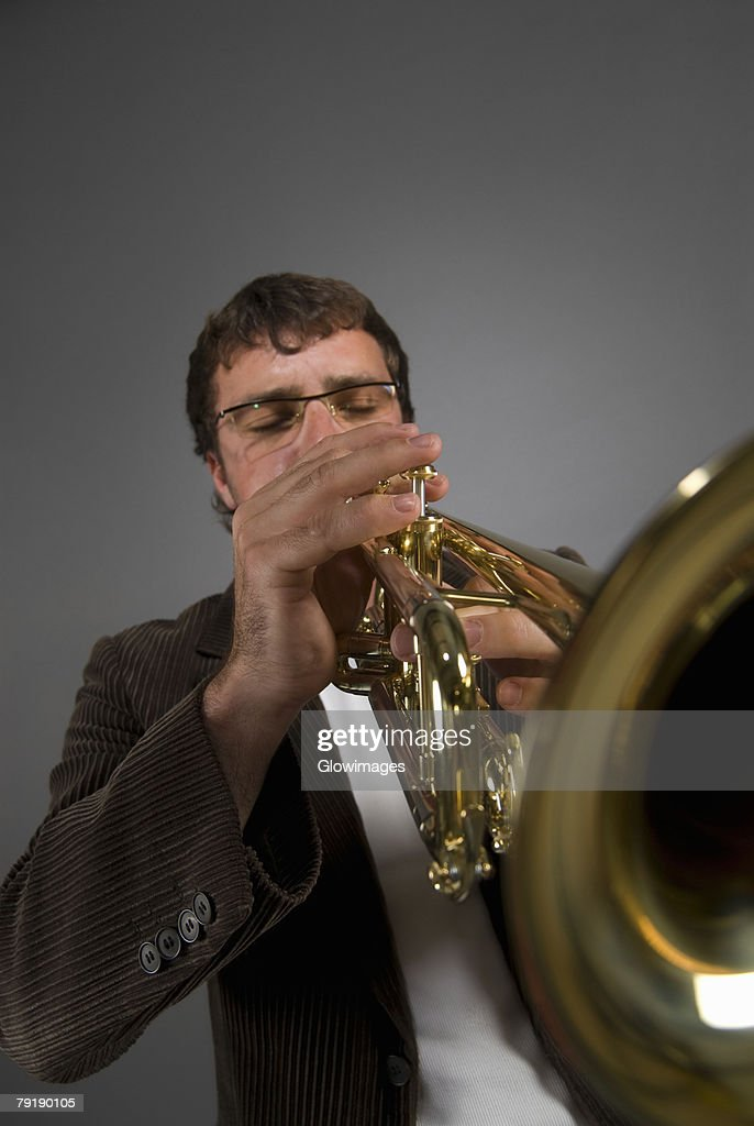 Male musician playing a trumpet : Foto de stock